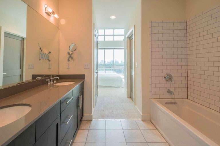 Дизайн ванной комнаты с двумя раковинами в квартире