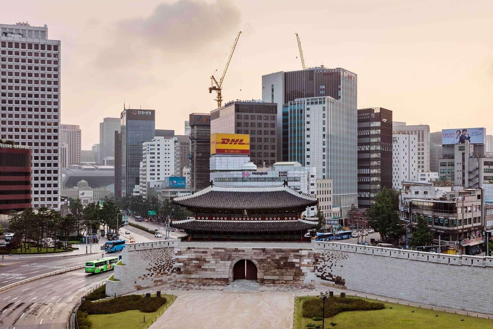 Современный Сеул в районе исторического рынка Намдэмун