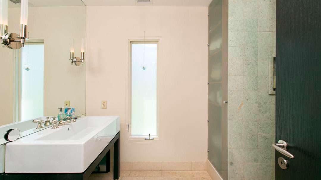 Ванная с зеркалом во всю стену