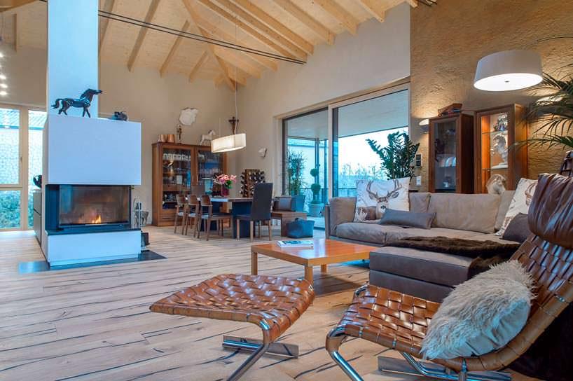 Деревянный интерьер гостиной с камином