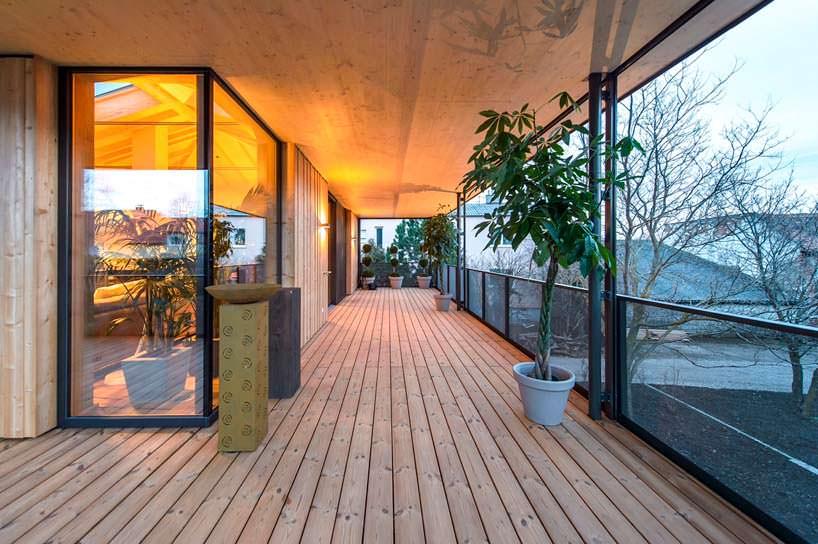 Деревянная терраса на втором этаже дома