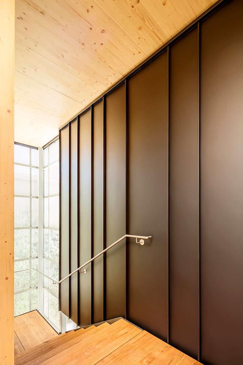 Деревянный дизайн лестничной площадки