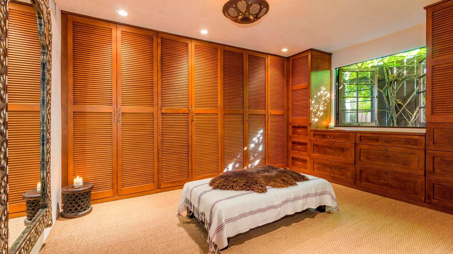 Гардеробная комната в доме Роны Митры