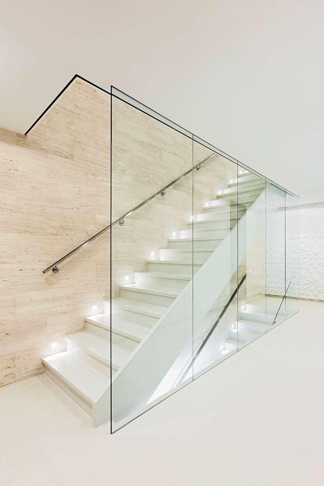 Hi-tech лестница на второй этаж со стеклянным ограждением