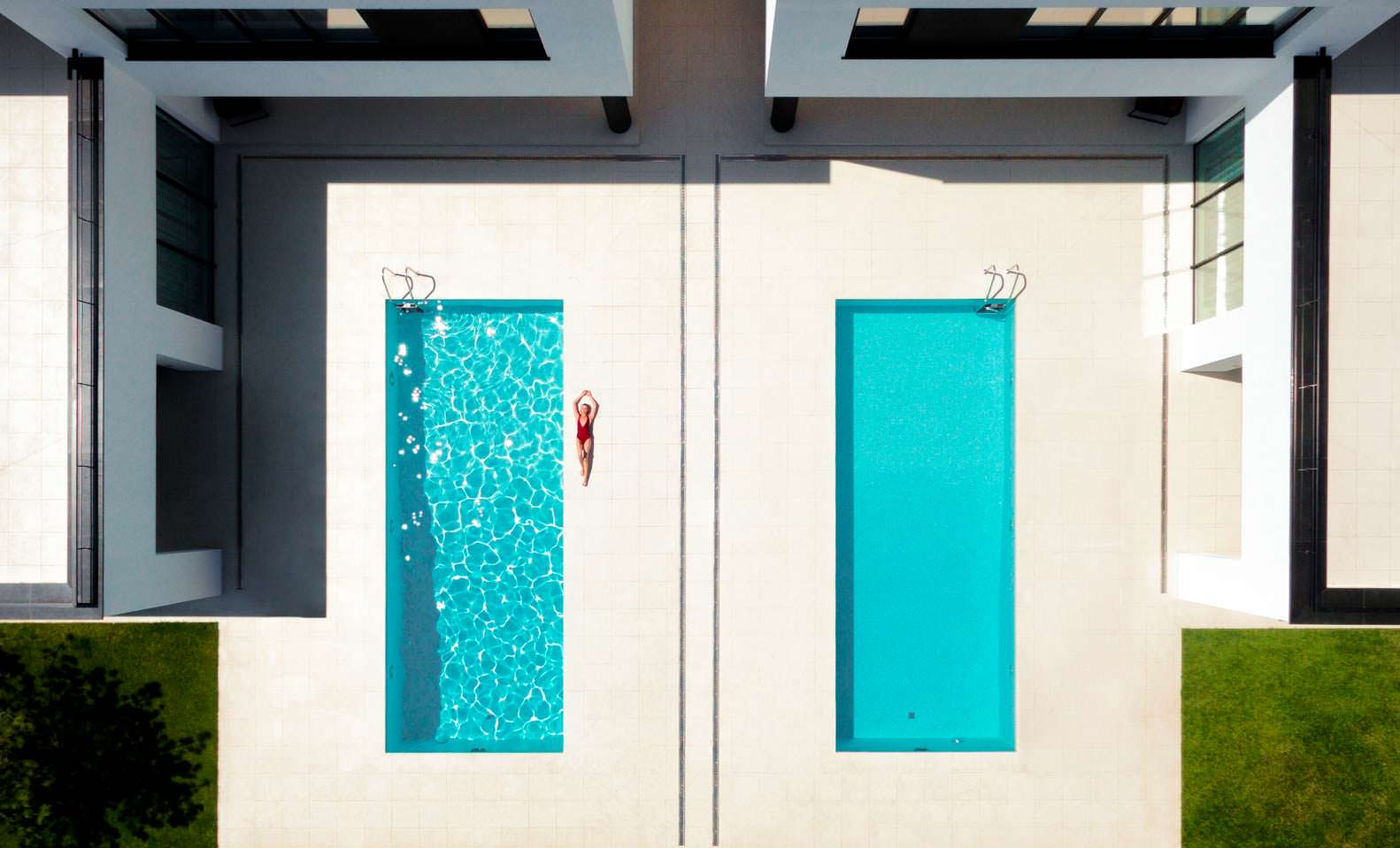 Резиденция с двумя бассейнами на заднем дворе