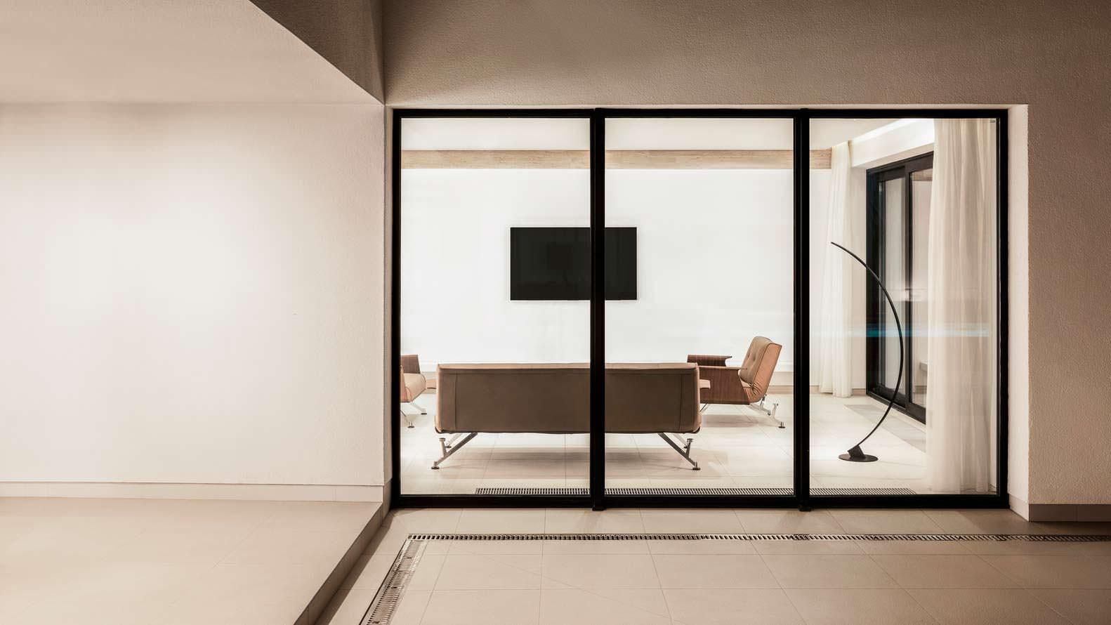 Дизайн комнаты с телевизором на стене