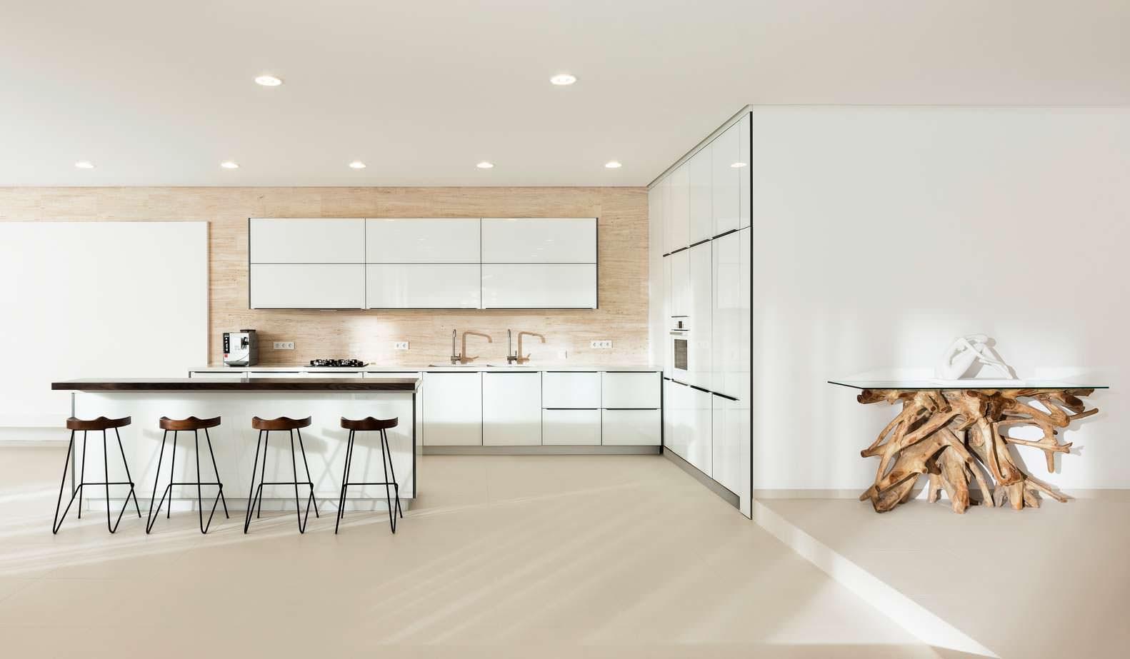 Hi-tech кухня в доме в Одессе. Проект M3 Architects