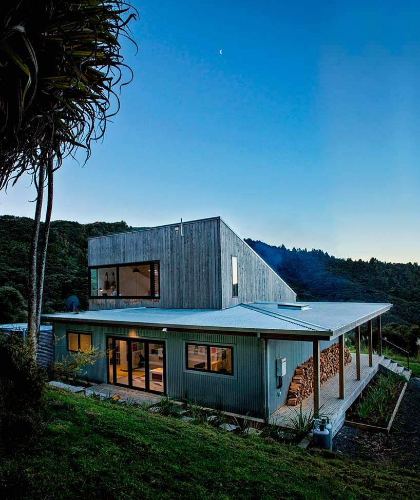 Двухэтажный деревянный дом в джунглях Новой Зеландии
