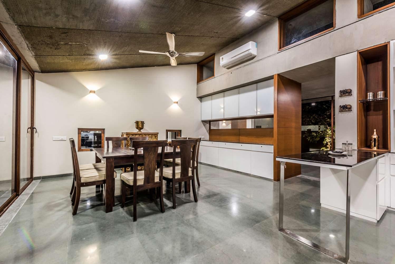 Хай-тек дизайн кухни-столовой в доме Outhouse