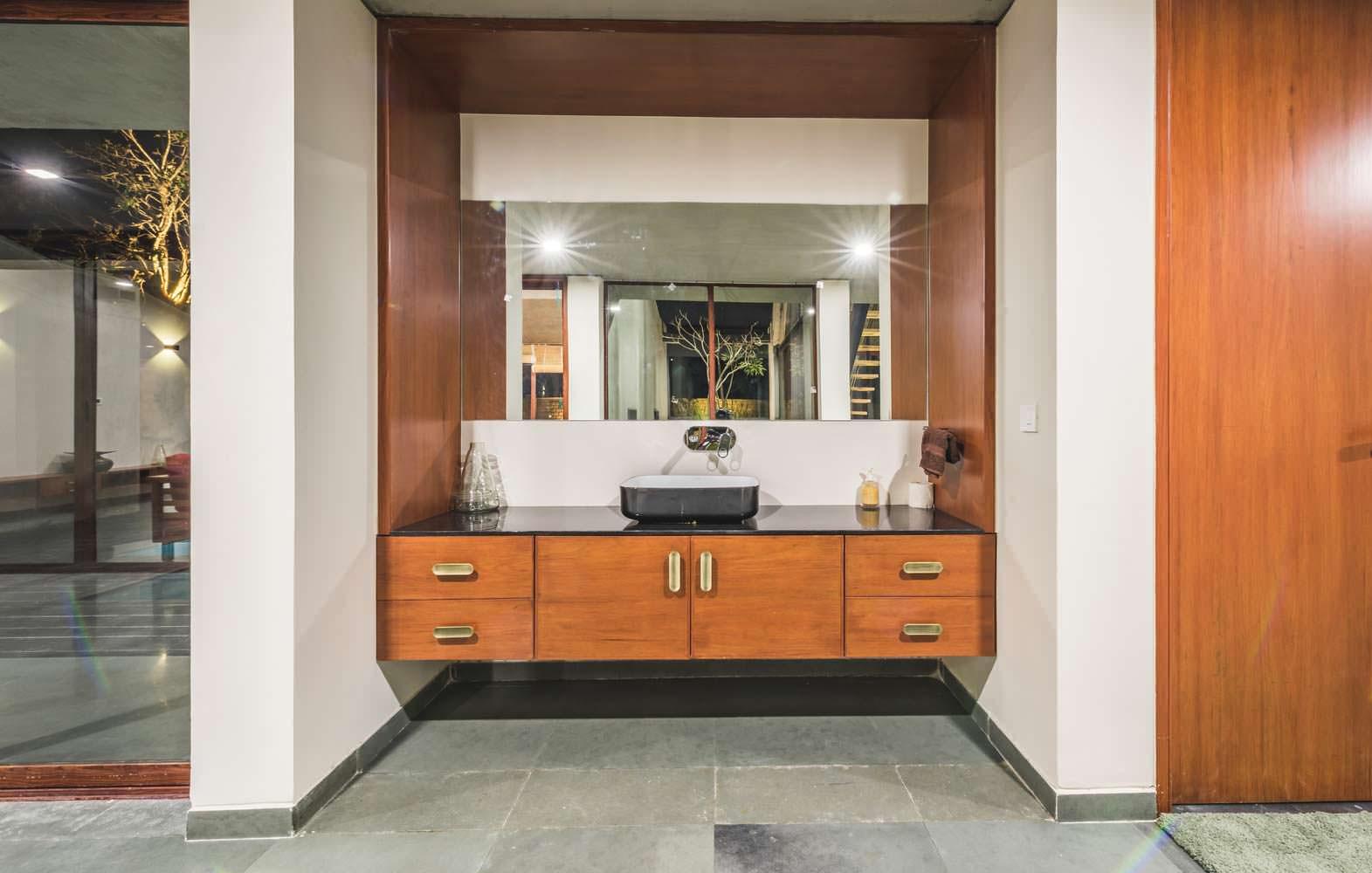 Техно-дизайн ванной комнаты в доме Outhouse в Индии