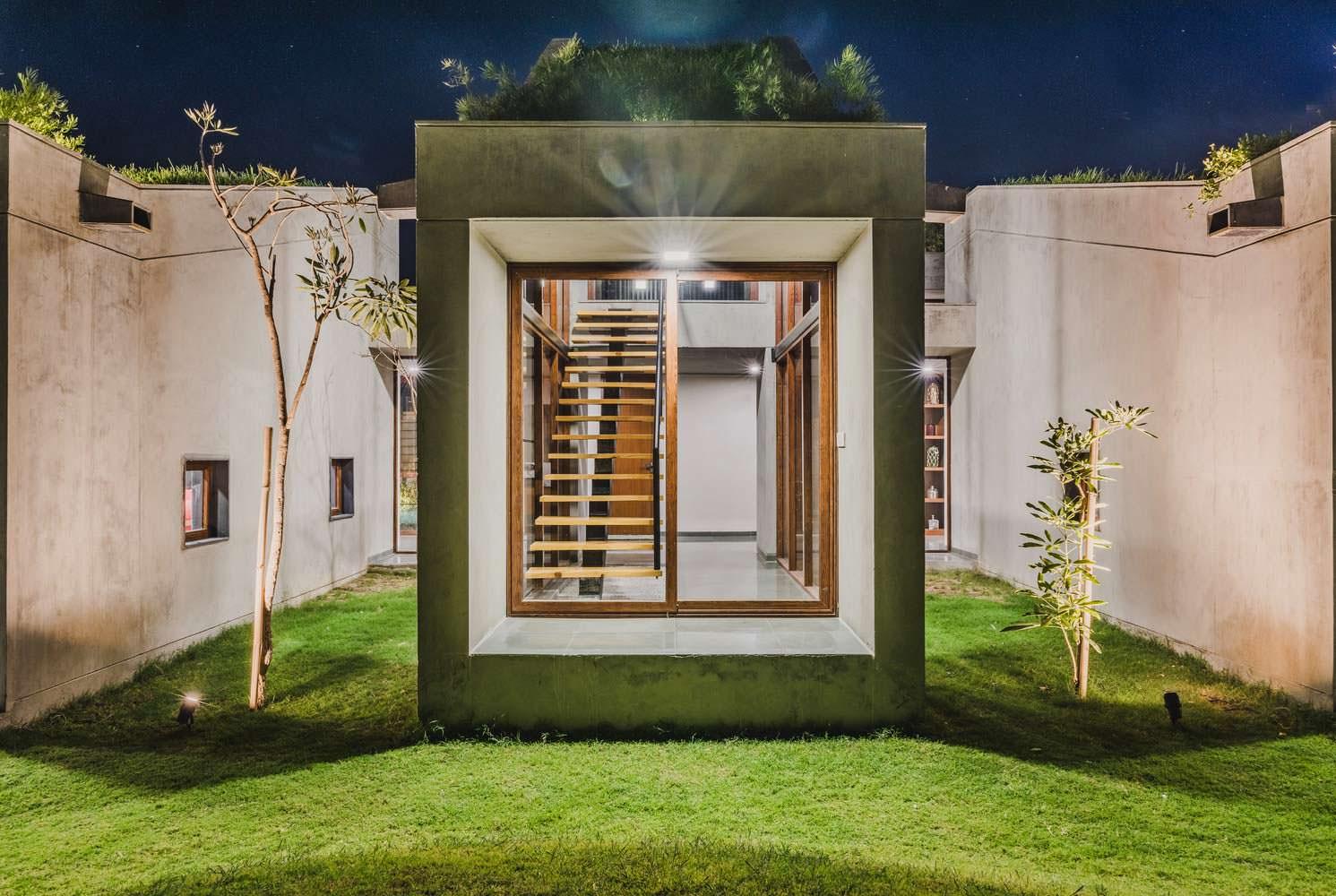 Современный дом в Индии Outhouse из бетона и стекла