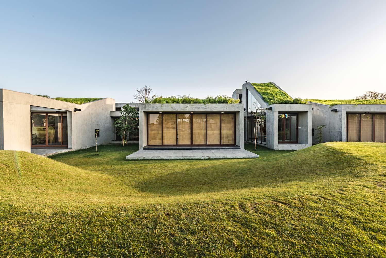 Гармоничный дом с газоном на крыше Outhouse
