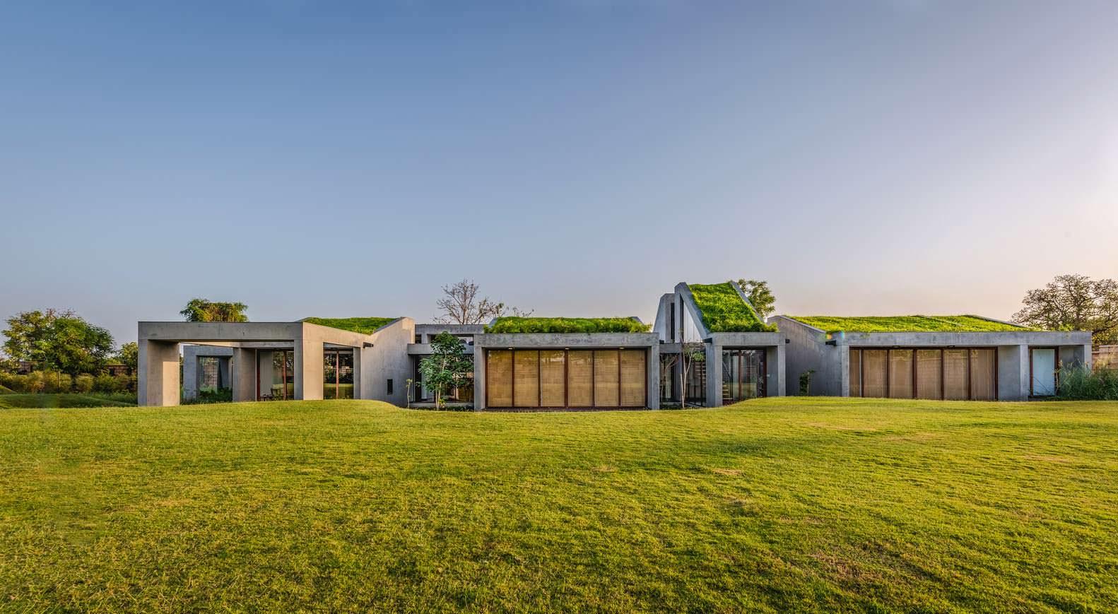Гармоничный дом выходного дня с газоном на крыше Outhouse
