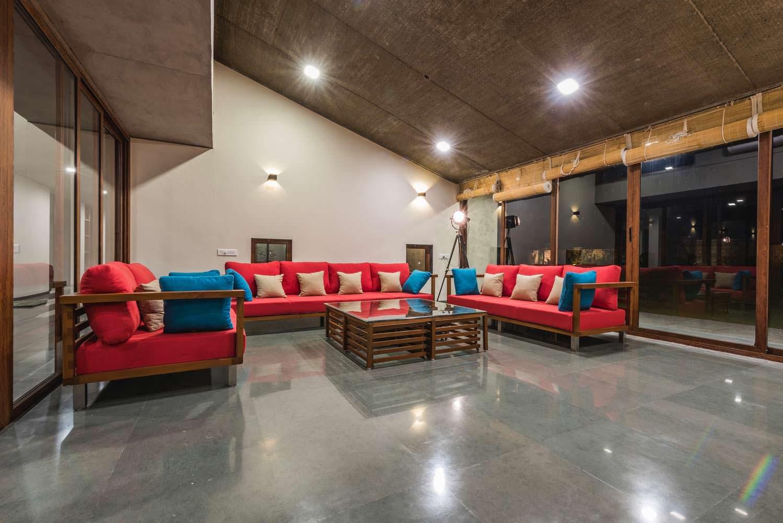 Интерьер стеклянной гостиной с диваном в доме Outhouse