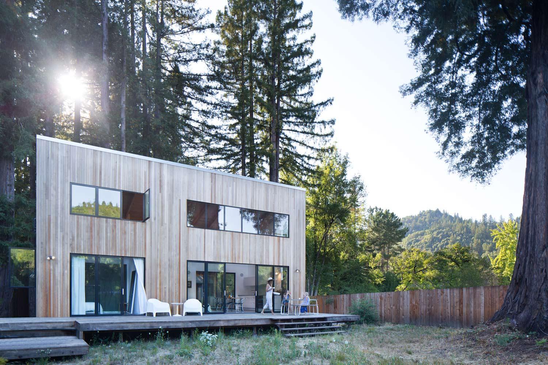 Фото | Двухэтажный деревянный дом посреди красных деревьев