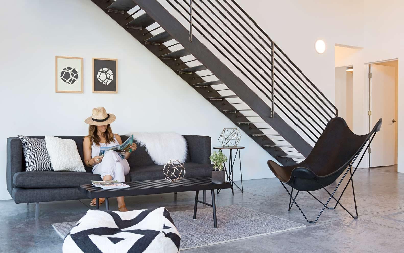Дизайн бело-черной гостиной