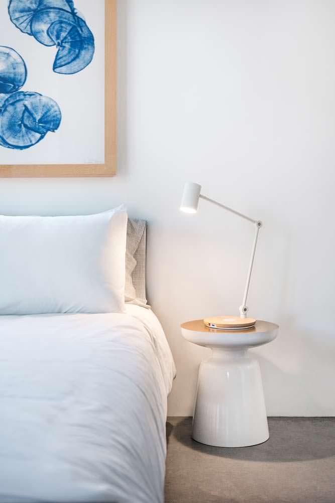 Лампа в интерьере спальни