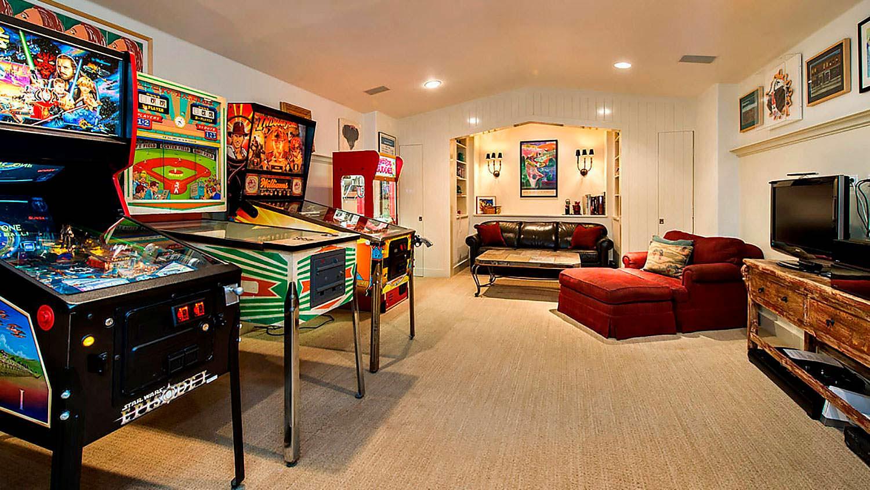 Комната с игровыми автоматами в доме