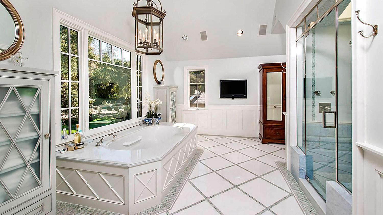 Шикарная ванная комната с панорамным видом на сад