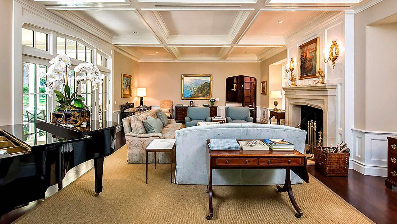 Дизайн комнаты с роялем и камином