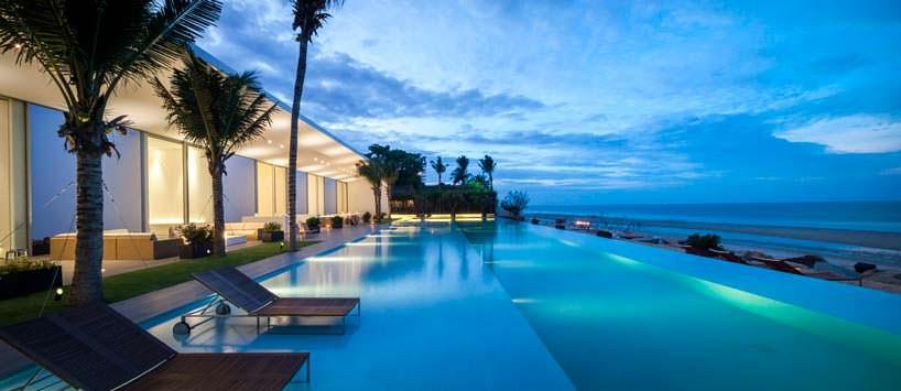 Вилла с пейзажным бассейном на берегу моря в Таиланде