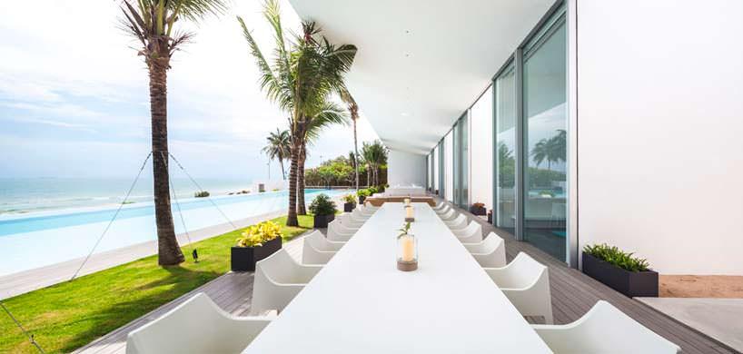 Панорамная терраса с видом на море у виллы в Таиланде