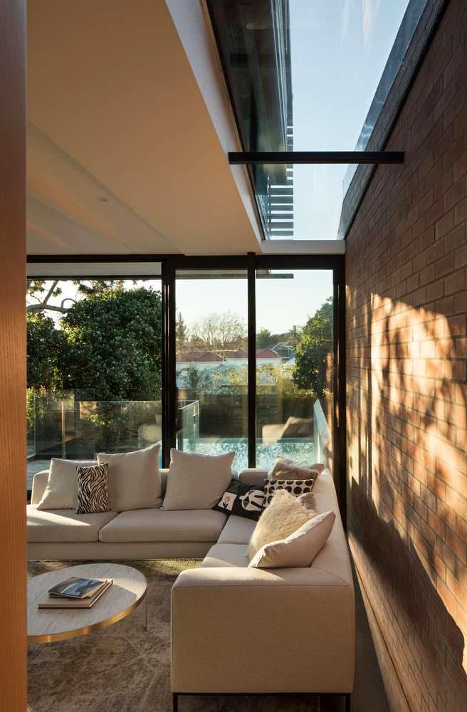 Солнечный дизайн гостиной с диваном в доме от Matter