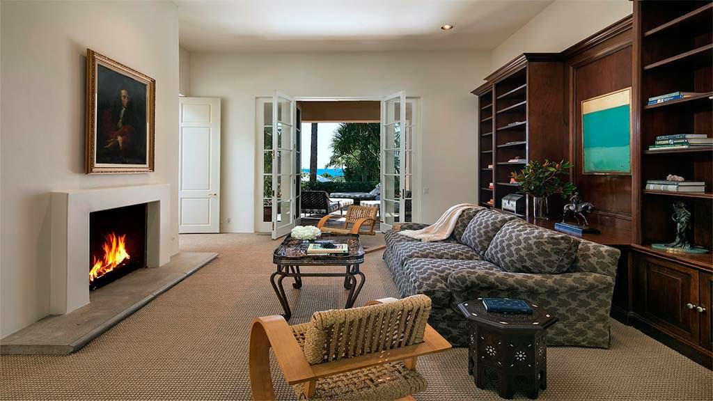 Дизайн комнаты с камином в средиземноморском стиле