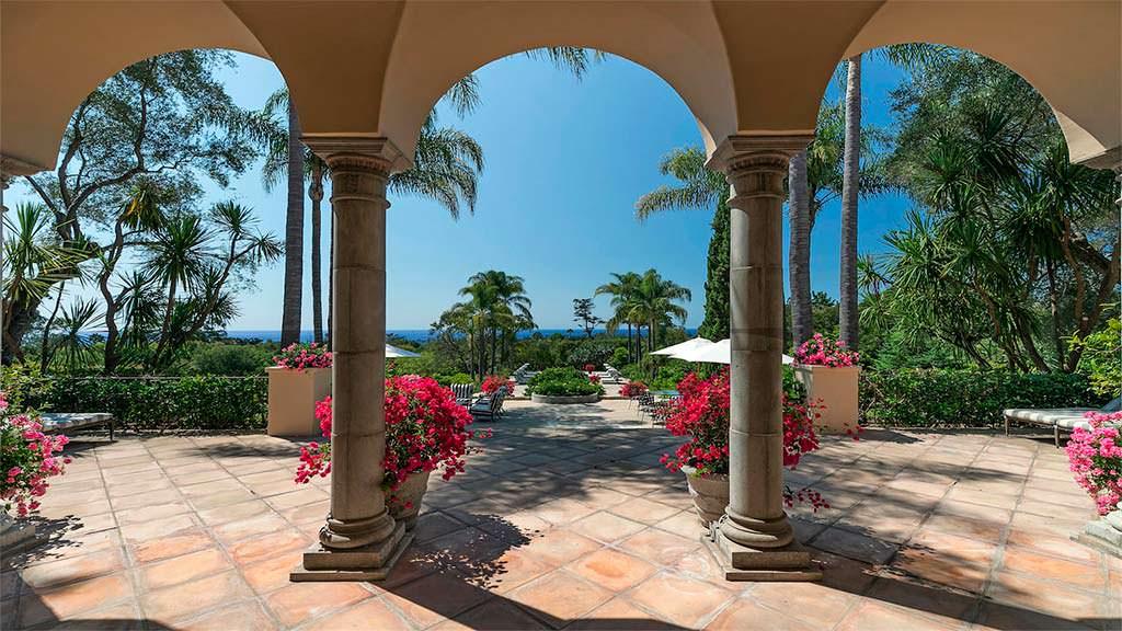 Арочные колонны в дизайне экстерьера виллы