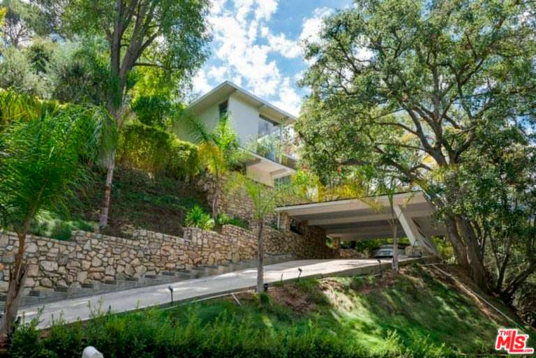 Дом на холме с частной дорогой