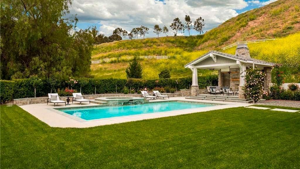 Плавательный бассейн, спа и барбекю на заднем дворе