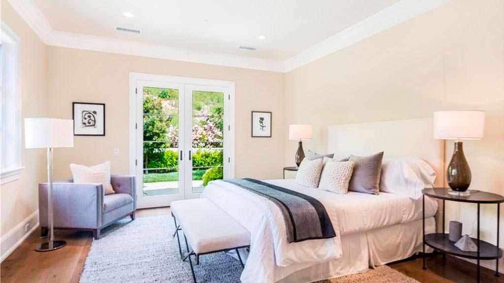 Интерьер спальни в светлых оттенках