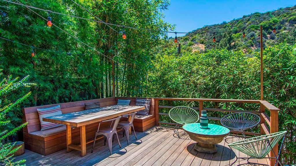 Терраса со столиком и видом на холмы