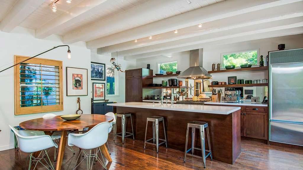 Кухня с барной стойкой и обеденной зоной