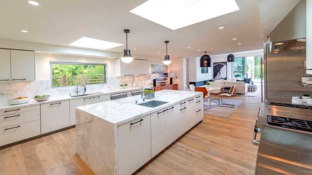 Мраморный остров на кухне в доме Синди Кроуфорд