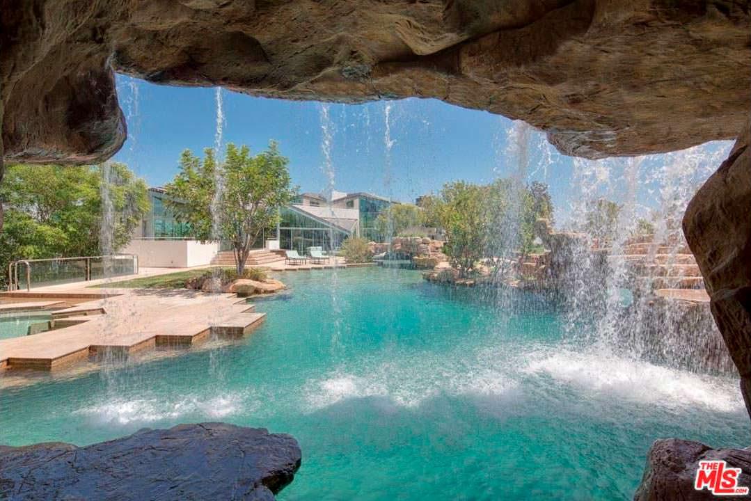 Бассейн со скалой и водопадом у дома Тайлера Перри