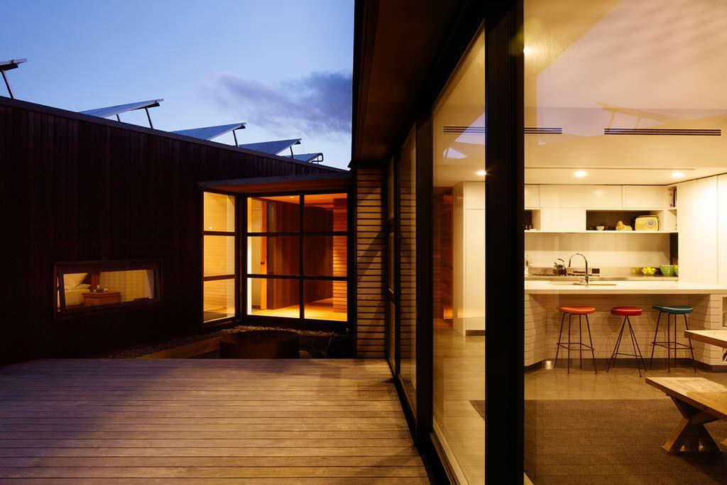 Кухня с панорамными окнами и выходом на террасу