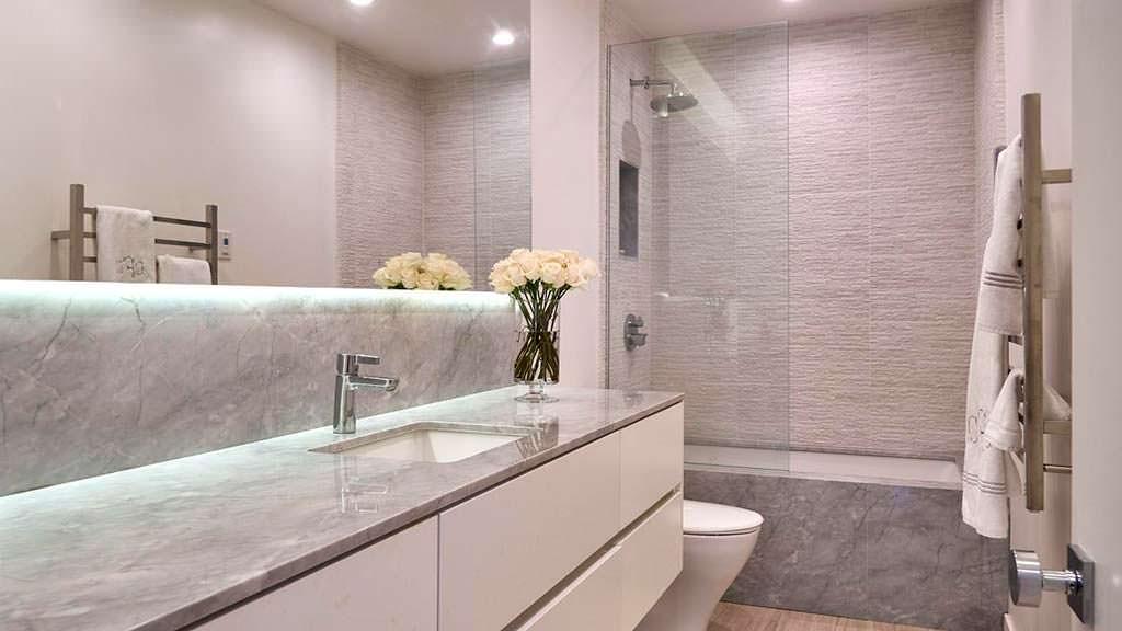 Современный дизайн ванной в квартире актрисы Фэй Данауэй