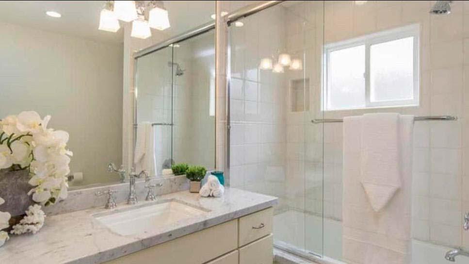 Небольшая ванная комната. Мраморная столешница