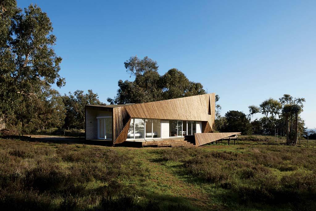 Дом из дерева в стиле хай-тек от Verónica Arcos