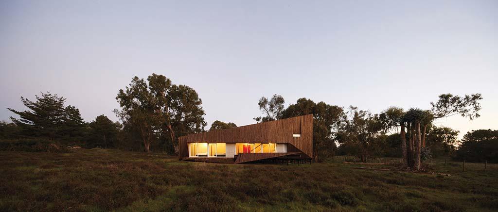 Деревянный пляжный дом в стиле хай-тек