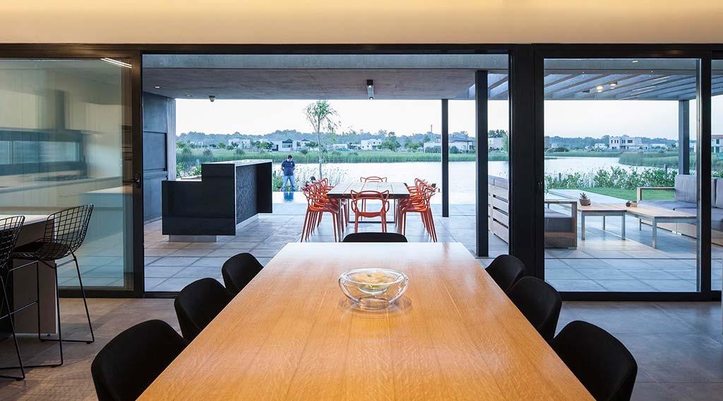 Столовая в доме с видом на лагуну