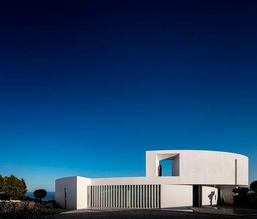 Дом на скалистом берегу в Португалии. Дизайн Марио Мартинеса