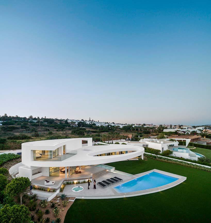 Вилла с бассейном на берегу океана в Португалии