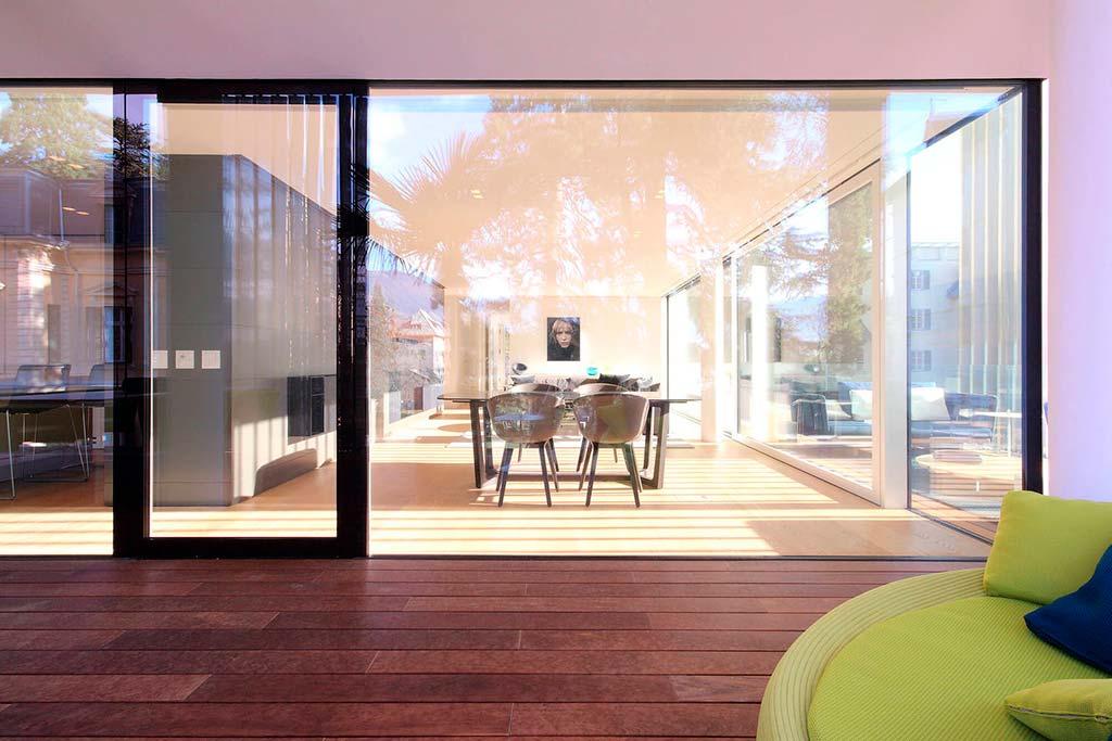Гостиная со стеклянными стенами в квартире. Дизайн JMA