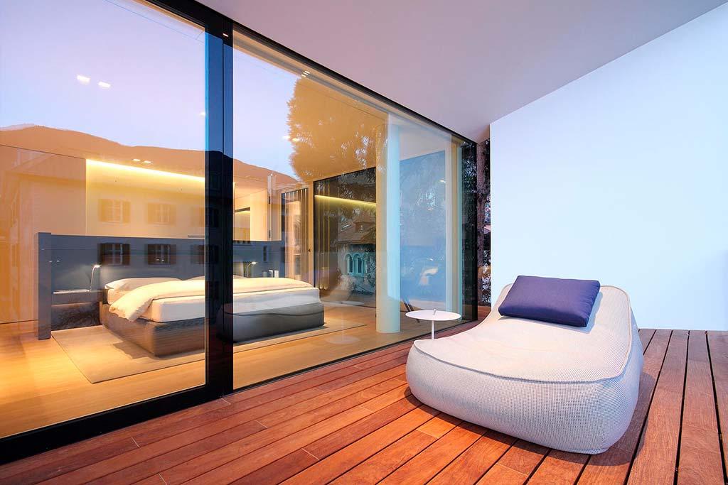 Спальня со стеклянной стеной и выходом на террасу