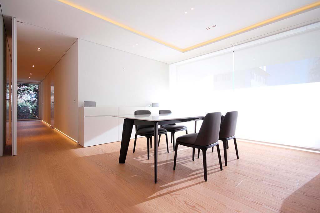 Обеденный уголок на кухне с панорамными окнами