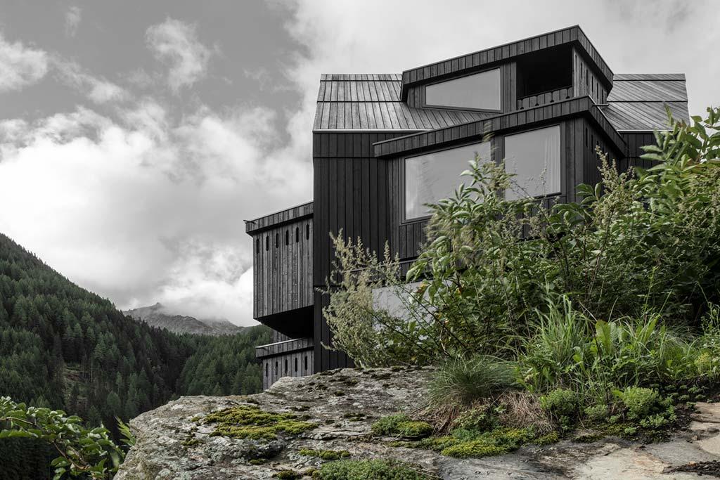 Деревянный отель в горах Италии от Pedevilla Architects