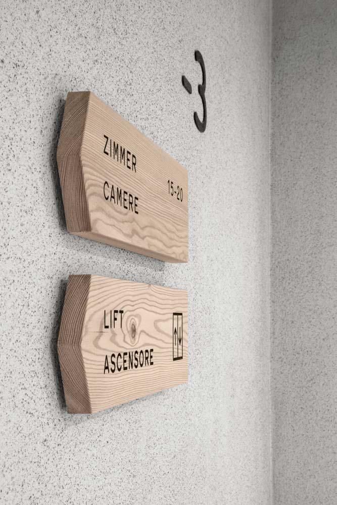 Деревянные указатели в отеле Hotel Bühelwirt