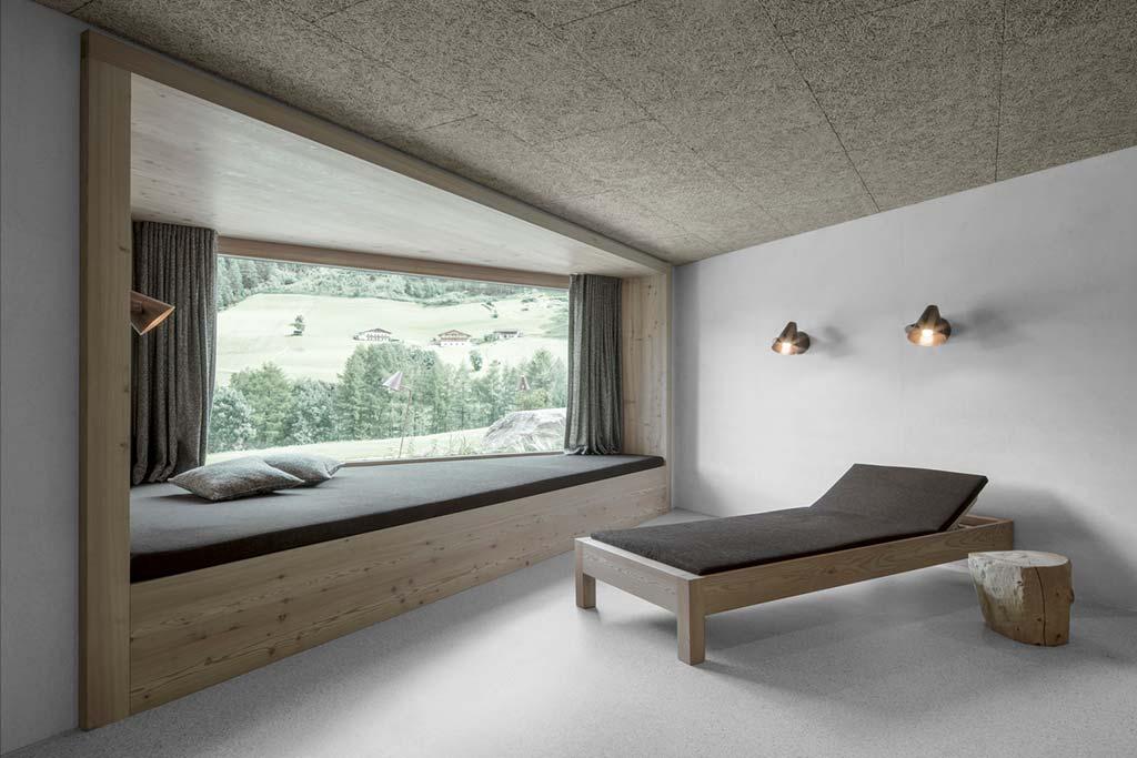 Большое панорамное окно в номере отеля с видом на горы